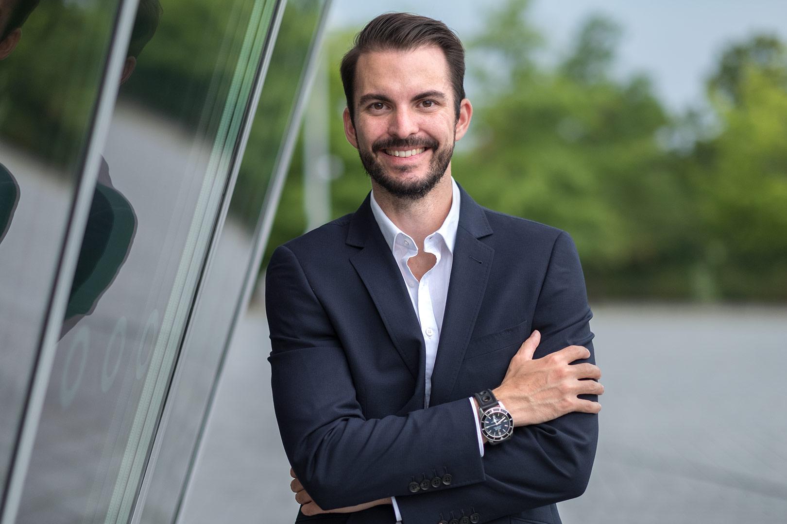 Portrait von Unternehmensberater Gerrit Speidel im Anzug
